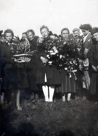 Lieske Vossen en Getrudis Gabriels en mannen witte brigade 1945 bij haar thuiskomst