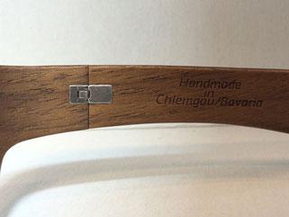 Ein perfekt ins Holz eingearbeitetes Federscharnier verleiht der Brille eine hohe Flexibilität