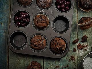 Schokoladen-Gewürzkuchen Muffins mit Kirschen