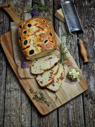 Mediterranes Oliven-Parmesan-Brot