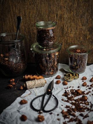 Knuspriges Schokoladen-Lebkuchen-Granola mit gebrannten Mandeln
