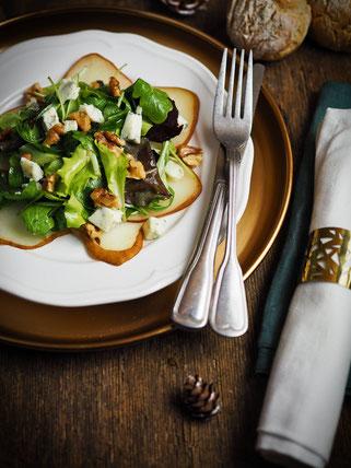 Birnen-Carpaccio auf Pflücksalat mit Gorgonzola und Walnüssen