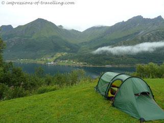 Übernachtung über einem Fjord in Norwegen