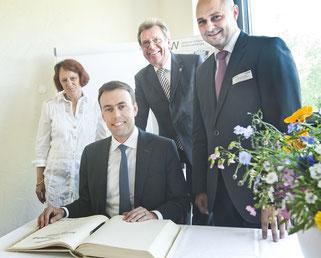 "Eintrag ins ""Goldene Buch"" der Stadt Ettlingen. v.l.: Ursel Peters, Nils Schmid, Heinz Peters und Oberbürgermeister Johannes Arnold"