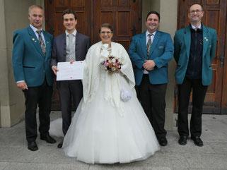Glückwünsche vom Verein überbrachten dem Brautpaar Marius und Sabine v.l. 1. Vors. Bernhard Klein, 2. Vors. Christian Bretzinger und Dirigent Michael Weber.