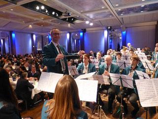 Vom Urlaub direkt an's Dirigentenpult. Michael Weber mit seinen Musikanten auf dem Festbankett des FVA.