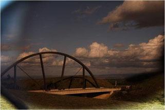 Pont regardé à travers un verre solaire