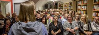 Erzählerin Mariou erzählt Geschichten in einer Bücherei