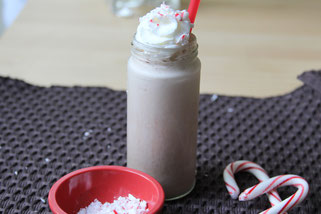 Iced peppermint mocha smoothie - such a delicous yet still healthy holiday treat!  This is perfect as a quick breakfast or delicous snack!
