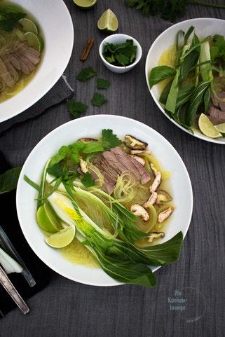 Vietnamesische Pho Bo Tai Nudelsuppe mit Rindfleisch und Pak Choi