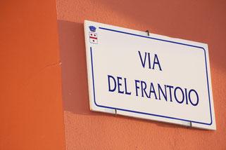 Signalétique - Plaque de rue - Numéro de porte - Flèche directionnelle - Panneau de signalisation Urbain