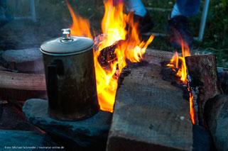 Lagerfeuer mit alter Kaffeekanne