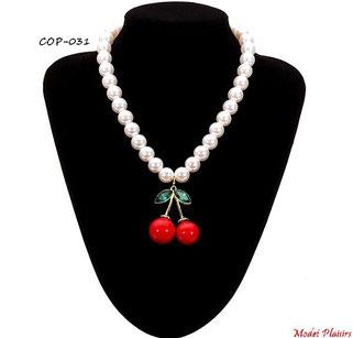 Collier de perles nacrées et son pendentif cerise