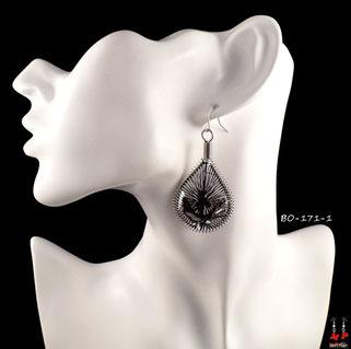 Boucles d'oreilles pendantes argentées et fils de tissu noirs