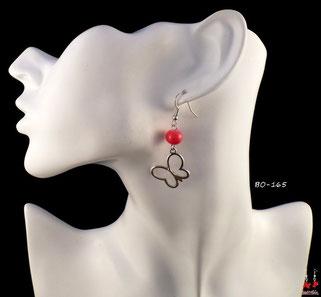Boucles d'oreilles pendantes papillons argentés et perles rouges