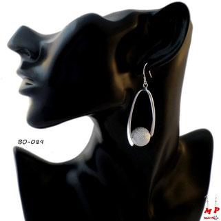 Boucles d'oreilles pendantes torsadées argentées avec perle argentée