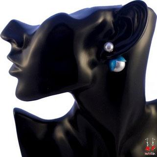 Boucles d'oreilles double perles nacrées fleurs bleues