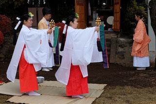 天神社前での巫女舞の奉納です