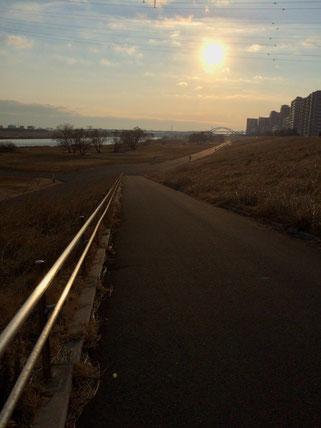 大会当日に走る荒川河川敷。逆光で暗くなってしまった。