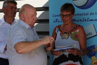 Remise de la pochette d'accueil par Michel LEFEBVRE, secrétaire du cercle Le Havre baie de Seine