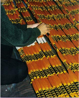 Umwickeln der Kettfäden zur Vorbereitung des Färbeprozesses für einen fertigen Ikatstoff