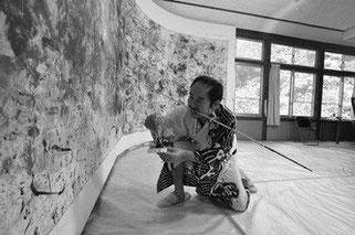 長崎県五島・久賀島のアトリエで描く松井画伯