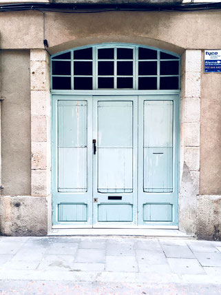 Blue door in La Gracia