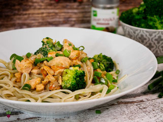 Kokos-Sahne-Lachs mit Pasta und Brokkoli