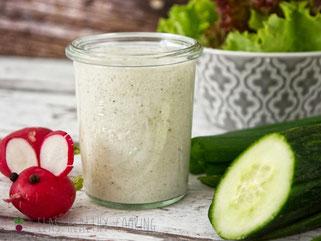 Joghurt salatsoße auf Vorrat im Glas mit Salat und Tomate