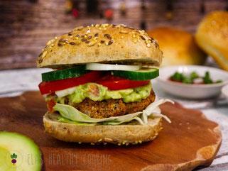 Vegetarischer Burger mit Tofu-Frikadelle und Guacamole