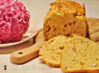 Bananen-Walnuss-Frühstücksbrot auf Holzbrett mit Hortensie im Hintergrund