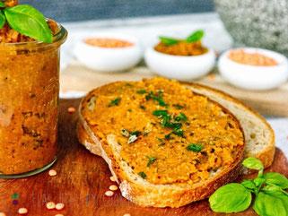 Linsenaufstrich auf Brot mit Holzteller und im Weckglas dekoriert