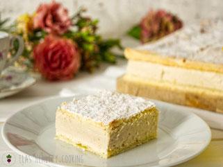 Cremeschnitte mit Puddingcreme aus Siebenbürgen auf Teller mit Blumen dekoriert