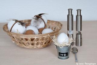 Tischdeko zu Ostern: Blecheimer als Eierbecher