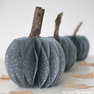 Herbstdeko: Grauer Plisseekürbis aus Papier mit weißen Punkten