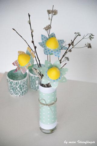 Deko zu Ostern: Blumen aus Papier und Ostereiern