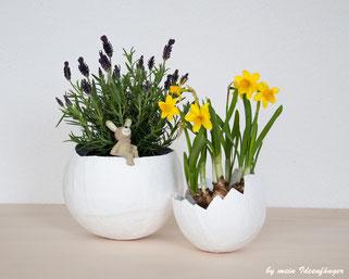 Deko zu Ostern: Blumentöpfe aus Gipsschalen im Eierschalen-Look