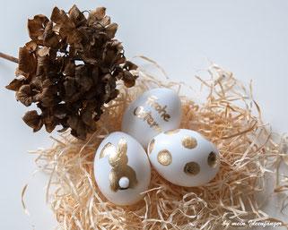 Schöne Deko zu Ostern: Ostereier mit Blattgold verziert