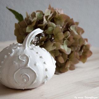 Herbstdeko: Weißer Kürbis mit 3D-Muster