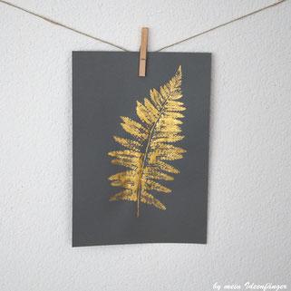 Goldenes Kunstwerk: Wandbild mit goldenem Blattabdruck