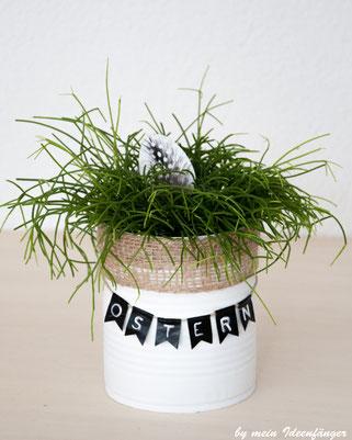 Osterdeko: DIY Upcycling Blumentopf geschmückt mit einer Washi Tape Girlande und dem Schriftzug Ostern.
