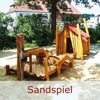 Spielplatz mit Sandspiel Anlage mit Spielhaus