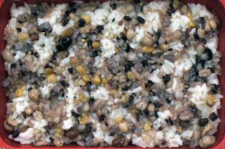配達された弁当の一例。十五穀ごはん、鶏肉の漬け焼き、すき昆布ソテー、揚げ茄子のみそかけ、 オクラの香味和え、新キャベツの塩麹和え(658kcal)。こんな弁当が日替わりで職場に届く。