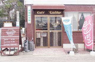 心温まる店構えと内装、1杯ずつ挽くコーヒーが人気の「ミルクグラスカフェ カミフサ」。入口には「健康自生地」の表示が。