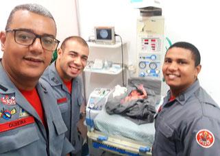 Equipe Prontidão Azul UR-02215 dos Bombeiros (2º Sgt Oliveira, Sd Brito, Sd Iordan) acionada para prestar os primeiros atendimentos a uma mãe que deu à luz dentro de casa e conduzi-la até o PS Pirituba (29/04/2019)