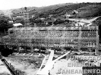 Estrutura metálica da Estação Terminal de Transformação de Pirituba com capacidade de 40 Kv mostrando à esquerda o cabo terminal e o cabo subterrâneo para transformadores (1931)