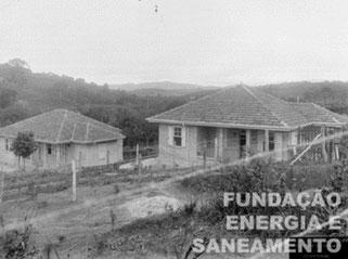 Vista parcial do conjunto de residências de funcionários, construído em 1919, na ETT Pirituba, localizada na futura avenida paula Ferreira n.804/994. Note a presença da horta.