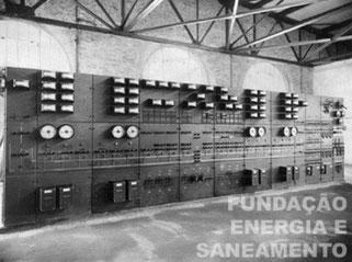 Vista interna do prédio da ETT Pirituba, destacando quadro de comandos situados num dos recintos do piso inferior, provavelmente no lado noroeste