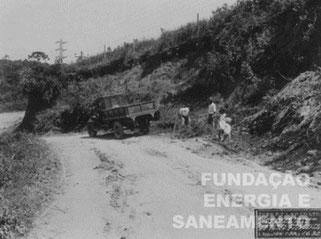 Caminhão da prefeitura escavando na estrada perto da linha de transmissão do Terminal Pirituba (1930)