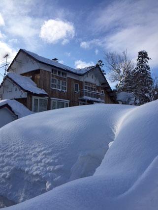冬は雪深く、深い静寂が宿を包みます。